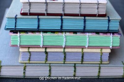 Ein Stapel handgebundener Notizbücher