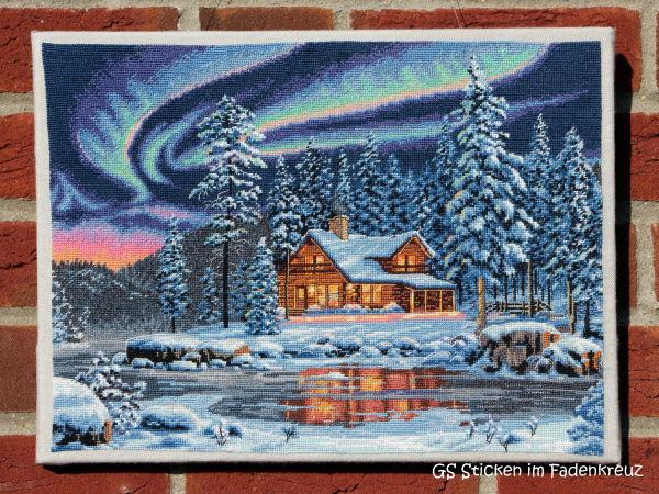 fertig gestickt: eine Hütte im Schnee
