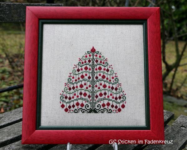 gestickter Weihnachtsbaum mit roten Kugeln